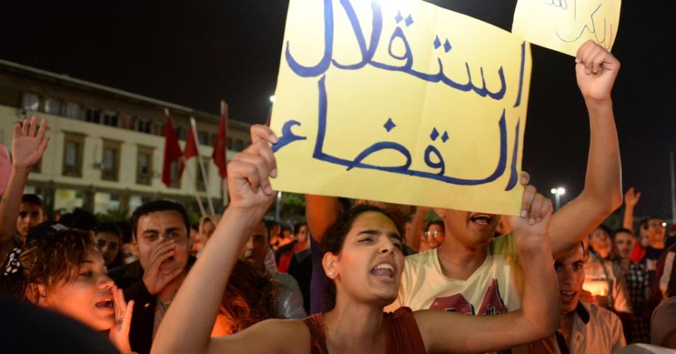 6.ago.2013 - Manifestantes protestam pedindo a extradição de Daniel Galván, condenado no Marrocos por pedofilia, que está em prisão preventiva na Espanha. Ele chegou ao país após ter a sentença perdoada pelo rei Mohammed 6º , mas o monarca revogou o indulto