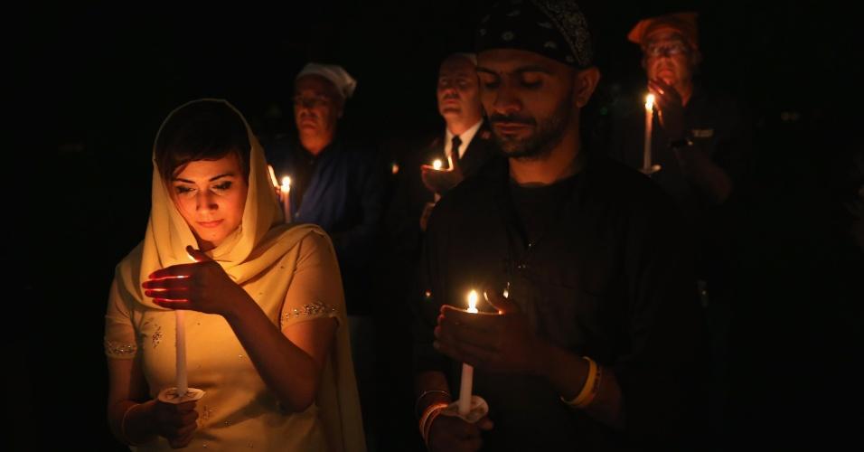 6.ago.2013 - Membros do Templo Sikh de Wisconsin realizam vigília na madrugada desta terça-feira (6) - ainda segunda-feira no horário local - em memória do tiroteio que matou seis pessoas da religião há um ano. O neonazista Michael Page invadiu o templo, na cidade de Oak Creek, disparando contra os fieis no dia 5 de agosto de 2012