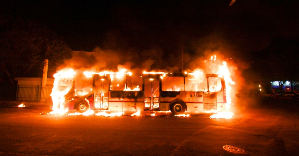6.ago.2013 - Ônibus é incendiado na rua Manoel Martins, no bairro do Rio Pequeno, em São Paulo. O coletivo foi possivelmente incendiado durante protesto contra morte de um morador da região da Vila Dalva. Não houve vítimas