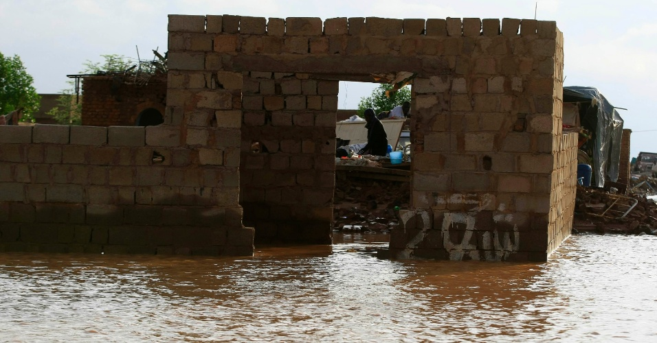 6.ago.2013 - Pessoas descansam no que restou de uma casa, destruída por enchentes e fortes chuvas em Cartum (Sudão). Inundações que atingiram todo o país deixaram ao menos 38 pessoas e dezenas de feridos