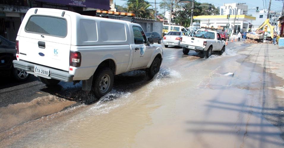 6.ago.2013 - Rompimento de adutora da Sabesp deixa parcialmente alagada a avenida Maria Coelho Aguiar, no Jardim São Luis, zona sul de São Paulo (SP). Uma faixa esta interditada no sentido bairro