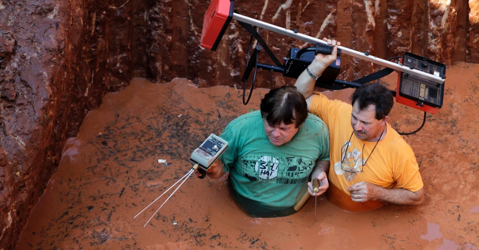 6.ago.2013 - Trabalhadores usam detectores de metais para procurar por barras de ouro, que podem ter sido enterradas durante 1864-1870, na Guerra da Tríplice Aliança, em um sítio de escavação na cidade de Aldana Cañada, cerca de 29 km de Assunção no Paraguai
