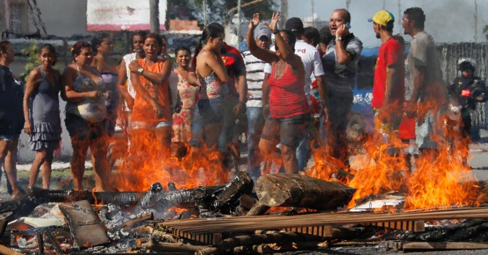 Moradores da comunidade do Campinho, no bairro dos Coelhos, em Recife(PE), realizam um protesto na manhã desta terça-feira (6) contra a falta de assistência pela prefeitura depois de terem perdido suas casas ontem em um incêndio. Cerca de 100 pessoas se mobilizam na localidade. Os manifestantes queimaram madeira e montaram três pontos de barricada
