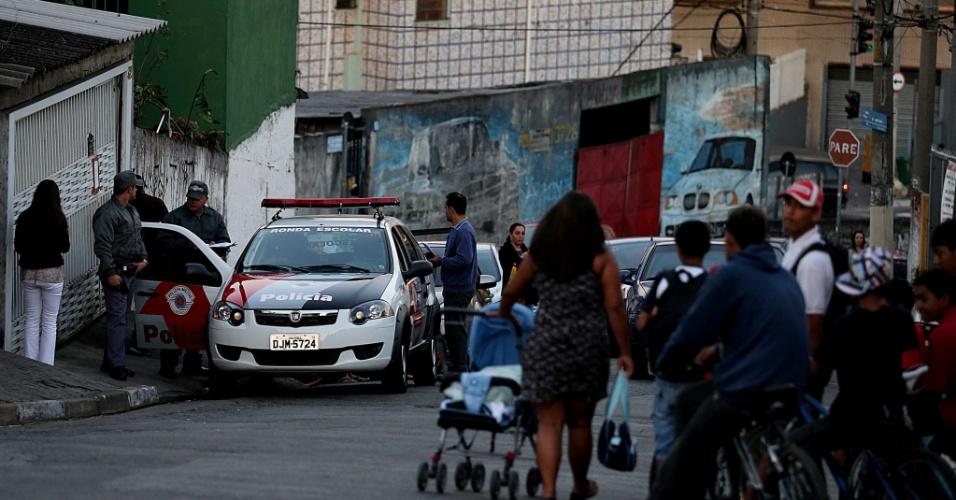 6.ago.2013 - Policiais fazem guarda em frente à casa onde ocorreu a chacina, na Vila Brasilândia, zona norte de São Paulo. A polícia encontrou mais três armas de fogo num armário na sala da casa do casal e um par de luvas sintéticas no carro da policial morta