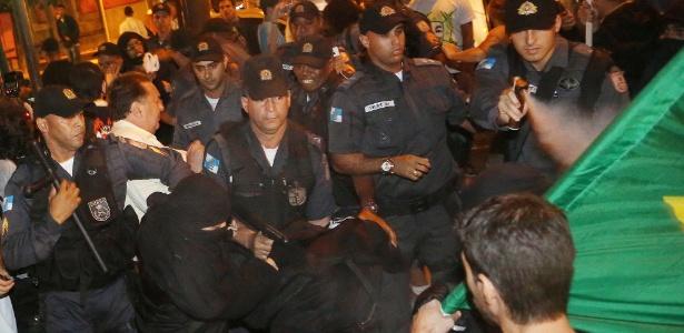 """Policial militar usa spray de pimenta contra manifestantes na frente do prédio da """"Rede Globo"""", no Rio"""