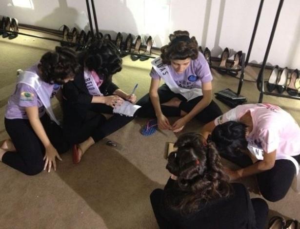 Candidatas se preparam nos bastidores pouco antes de participarem do concurso que escolherá a Miss Minas Gerais 2013