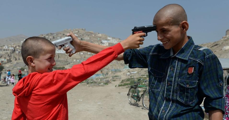 8.ago.2013 - Crianças afegãs brincam com armas de brinquedo em Cabul