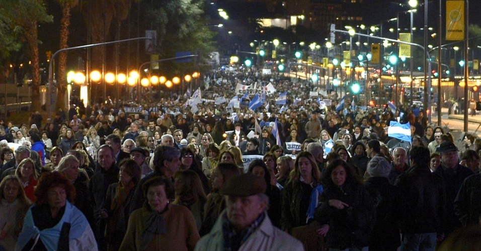 """8.ago.2013 - Grupo de manifestantes faz """"panelaço"""", em Buenos Aires, na Argentina, em protesto contra o governo da presidente, Cristina Kirchner, no último dia da campanha eleitoral, antes das primárias de domingo"""