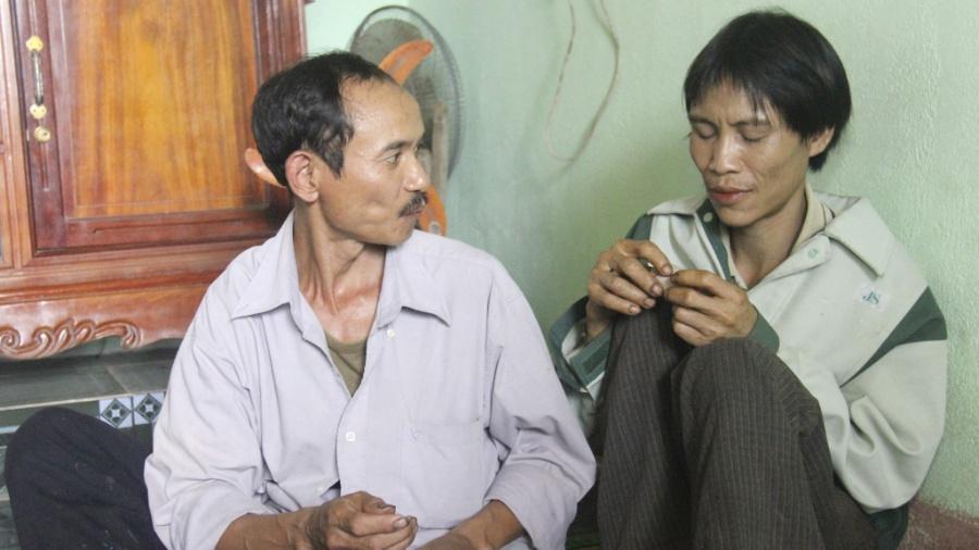 8.ago.2013 - Ho Van Lang (dir.) é fotografado após ser encontrado em floresta da província de Quang Ngai, no Vietnã - Efe/ Tuoi Tre