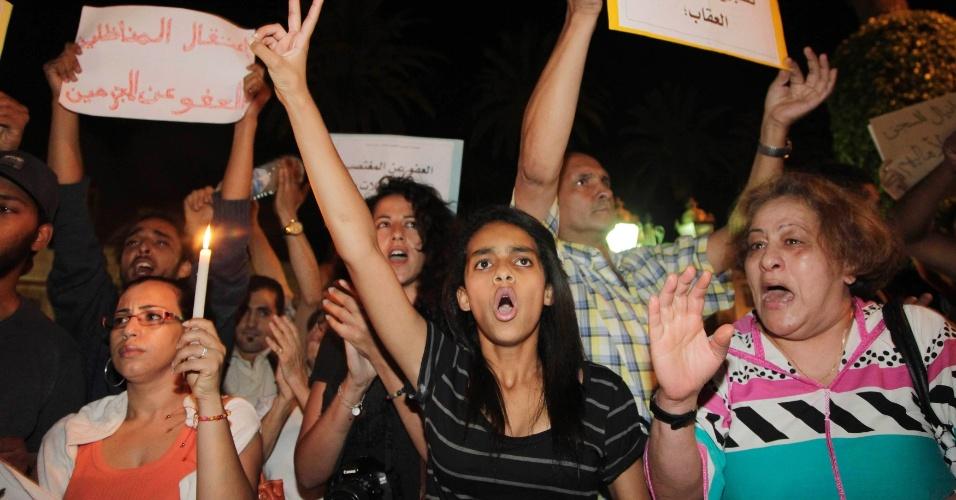 8.ago.2013 - Manifestantes vão às ruas em Rabat (Marrocos), contra o perdão real concedido inicialmente ao pedófilo espanhol Daniel Galvan Vina, que cumpre sentença de 30 anos no país acusado de abusar sexualmente de pelo menos 11 crianças, com idades entre quatro e 15 anos
