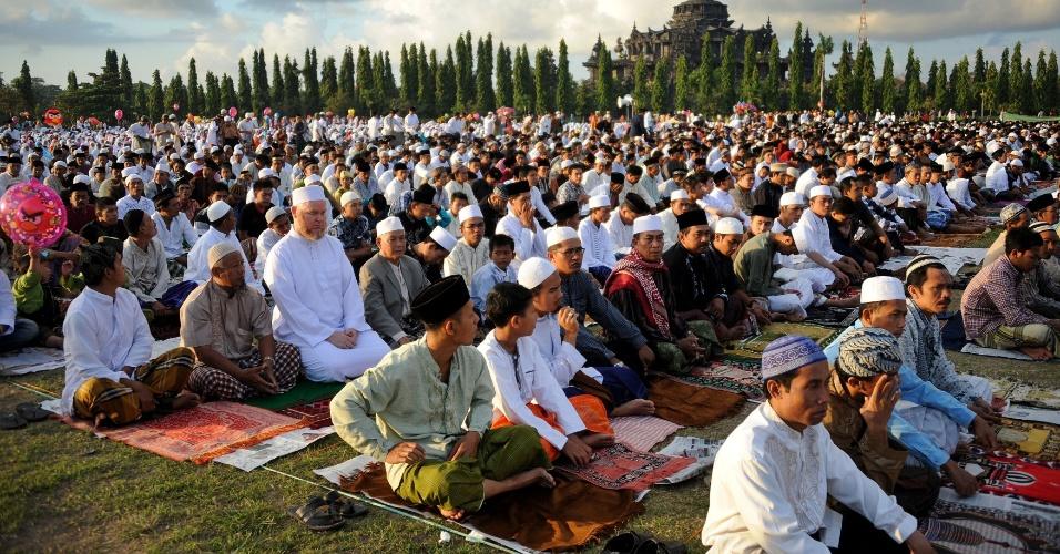 8.ago.2013 - Muçulmanos indonésios fazem orações coletivas próximo ao monumento Bajrah Sandhi, em Denpasar (Bali)