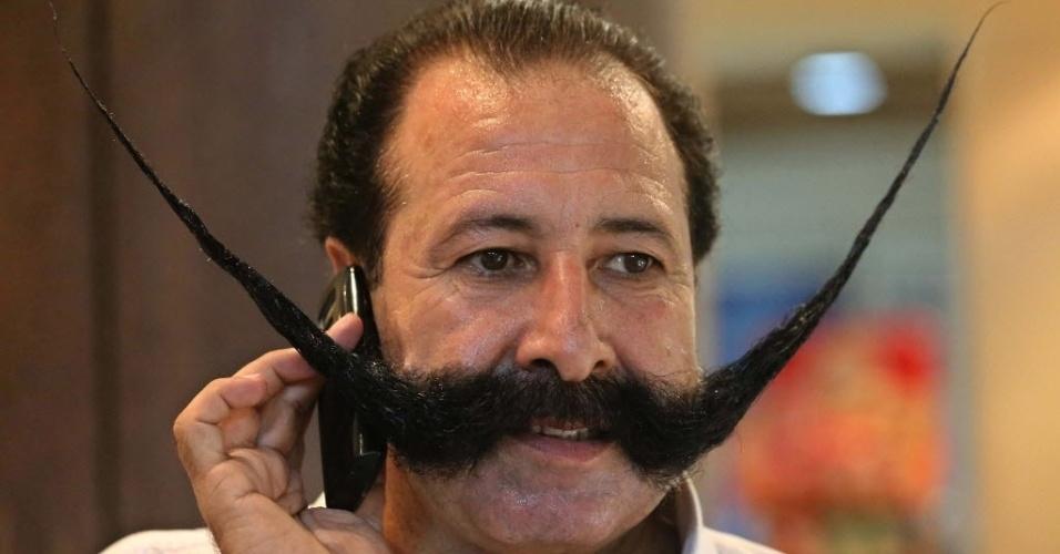 8.ago.2013 - O comerciante paquistanês Malik Mohammad Amir Khan Afridi visita uma barbearia Peshawar, Paquistão. De acordo com a mídia local, Afridi foi sequestrado por militantes islâmicos que consideraram que o tamanho do bigode do comerciante ia contra os valores da religião