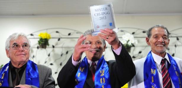 O ex-bombeiro Ulisses Viana Morais, de 73 anos, levanta o troféu de idoso mais bonito de São Paulo - Junior Lago/UOL