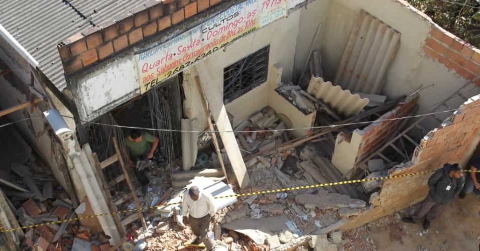 8.ago.2013 - Porta de igreja evangélica em Itaguaí, na região metropolitana do Rio de Janeiro, fica destruída após a queda de ônibus de viaduto do local. Seis pessoas morreram no acidente e 34 ficaram feridas