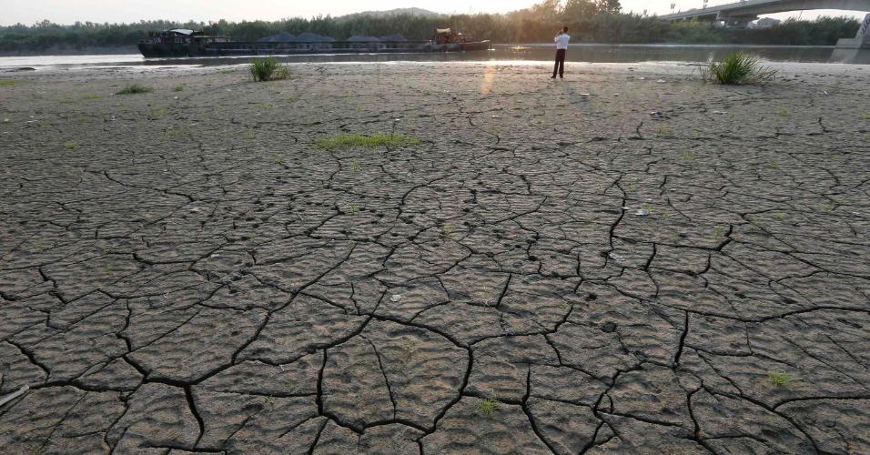 8.ago.2013 - Rio Dongshaoxi, em Zhejiang (China), fica parcialmente seco por causa da forte estiagem provocada pela onda de calor no país