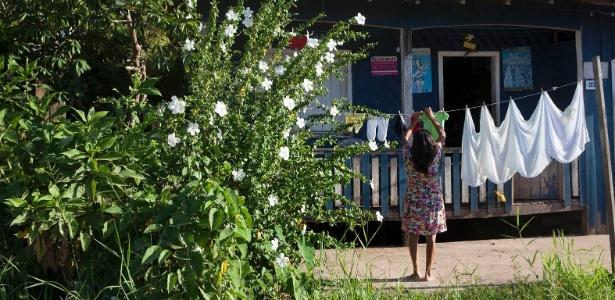 Moradora de Melgaço estende roupas em varal. Com uma população de quase 25 mil habitantes, o município tem o pior IDHM do país