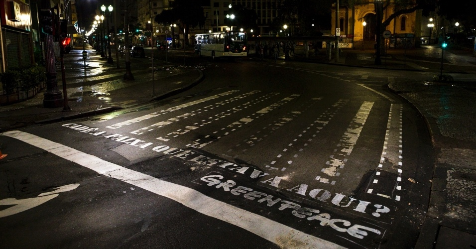 9.ago.2013 - Faixa de pedestres no centro de São Paulo é pintada por ativistas do Greenpeace na madrugada desta sexta-feira (9). Faixas tracejadas foram pintadas em diversos pontos da cidade em protesto contra a falta de respeito ao pedestre da capital paulista