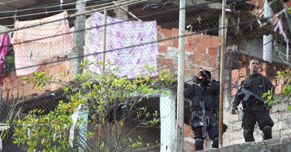 9.ago.2013 - Policiais militares do Comando de Operações Especiais realizam nesta sexta-feira (9) uma operação no Complexo de Favelas do Lins, na zona norte do Rio de Janeiro. De acordo com a PM, dois suspeitos foram baleados e levados para o Hospital Salgado Filho, no Méier, também na zona norte, mas não resistiram aos ferimentos