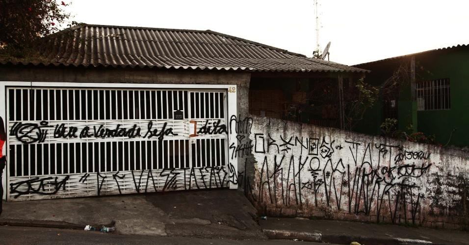 9.ago.2013 - Portão e muro da casa da família de policiais militares encontrados mortos na segunda-feira (5), no bairro da Brasilândia, zona norte de São Paulo, amanhecem pichados nesta sexta-feira (9). A principal linha de investigação da polícia é a de homicídio seguido de suicídio