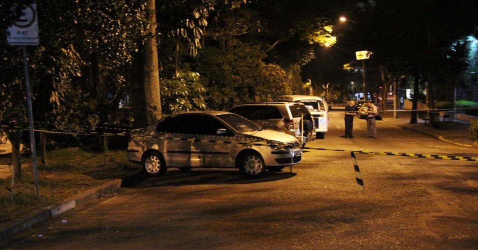 10.ago.2013 - Um policial militar a paisana foi baleado na praça Irmãos Karmam, em Perdizes, na zona oeste de São Paulo, na madrugada deste sábado (10). Um suspeito também ficou ferido durante a troca de tiros. O PM ferido foi socorrido ao Hospital das Clínicas e, segundo a corporação, passa bem