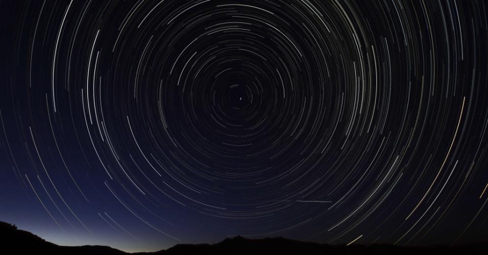 11.ago.2013 - Foto de longa exposição feita no começo da manhã mostra céu com meteoros das Perseidas perto de La Hiruela, nas montanhas de Sierra Norte de Madri, na Espanha. Segundo a Agência Espacial Europeia (ESA, na sigla em inglês), as Perseidas são fragmentos rochosos ejetados do cometa Swift-Tuttle, que está se desintegrando lentamente em sua órbita em torno do Sol. A trajetória terrestre em torno do astro cruza com estes restos todos os anos em agosto, atingindo seu auge entre os dias 12 e 13