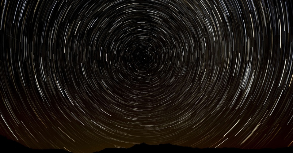11.ago.2013 - Foto de longa exposição feita no começo da manhã mostra céu com os meteoros das Perseidas perto de La Hiruela, nas montanhas de Sierra Norte de Madri, na Espanha. Segundo a Nasa (Agência Espacial Norte-Americana), esta é a chuva de meteoros que mais produz 'bolas de fogo' do que qualquer outra, com uma enxurrada de até 100 estrelas por hora