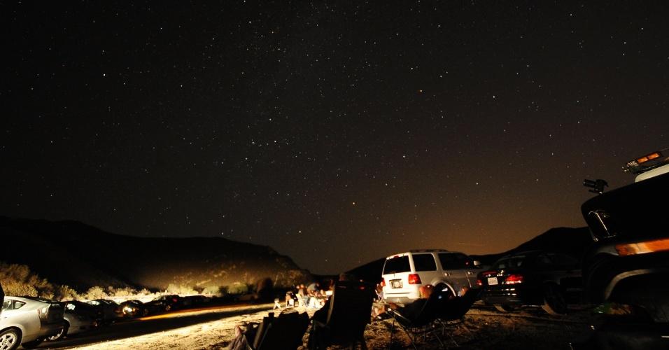 """12.ago.2013 - Astrônomos, fotógrafos e amantes da astronomia chegam a uma montanha em Castaic Lake, na Califórnia, nos Estados Unidos, para registrar a chuva de meteoros Perseidas. Apelidado de """"lágrimas de San Lorenzo"""", o fenômeno resulta do cometa Swift-Tuttle, que está se desintegrando lentamente em sua órbita em torno do Sol"""