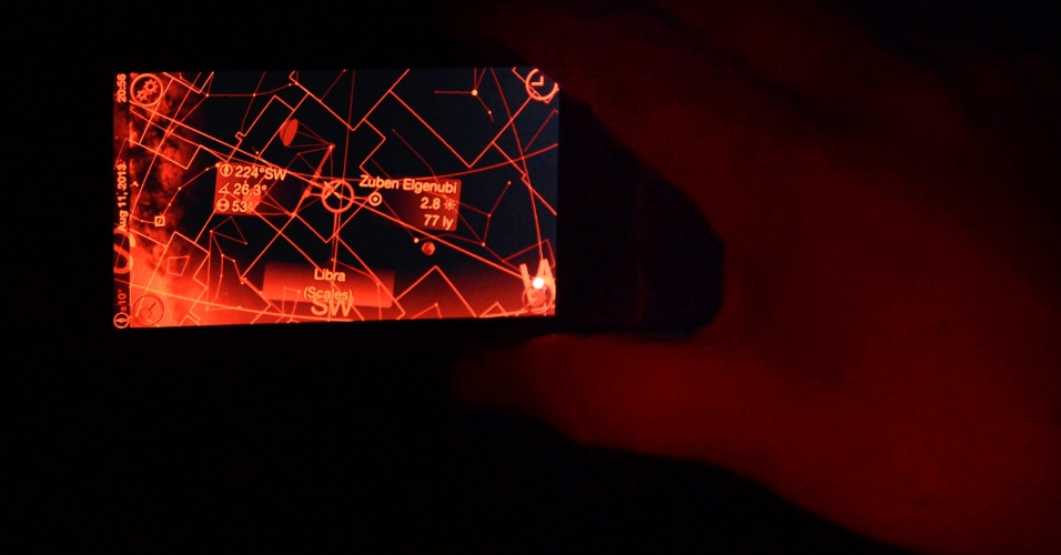 12.ago.2013 - Fotógrafo aeroespacial Bill Hartenstein usa um aplicativo do celular para tirar fotos das Perseidas em Castaic Lake, na Califórnia, nos Estados Unidos. A chuva de meteoros anual atinge seu auge de visibilidade entre os dias 12 e 13 de agosto, com ocorrência de até 100 meteoros por hora