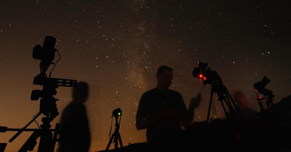 12.ago.2013 - Fotógrafos norte-americanos preparam suas câmeras em Castaic Lake, em Los Angeles, para registrar as Perseidas. A chuva de meteoros anual atinge seu auge de visibilidade entre os dias 12 e 13 de agosto, com ocorrência de até 100 meteoros por hora