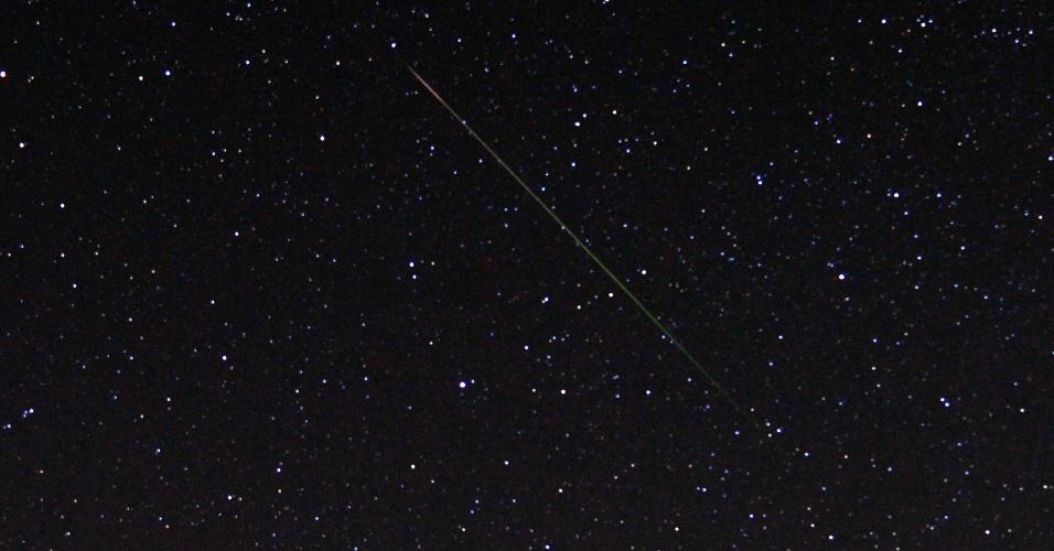 12.ago.2013 - Meteoro cruza o céu de Castaic Lake, na Califórnia, nos Estados Unidos. A chuva de meteoros Perseidas poderá ser vista com maior intensidade entre os dias 12 e 13 de agosto, com enxurrada de 60 a 100 'bolas de fogo' por hora, mas o fenômeno é apreciável até o fim do mês