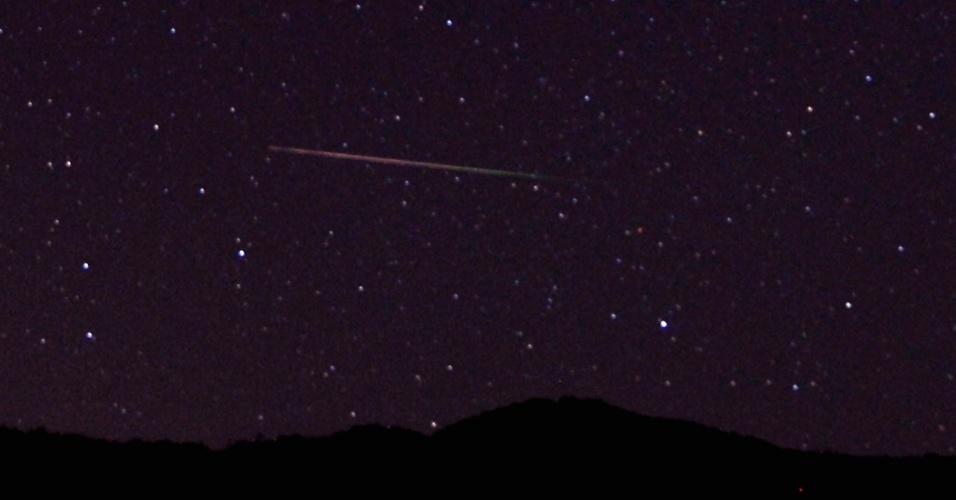 12.ago.2013 - Meteoro cruza o céu de Castaic Lake, na Califórnia, nos Estados Unidos. A chuva de meteoros Perseidas poderá ser vista com maior intensidade entre os dias 12 e 13 de agosto, mas o fenômeno é apreciável até o fim do mês