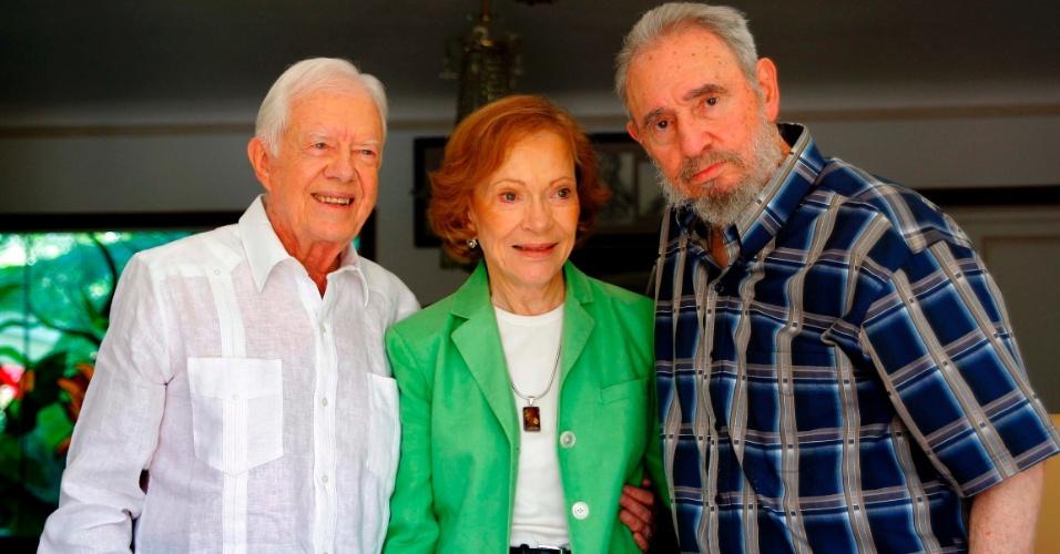 12.ago.2013 - O ex-presidente cubano, Fidel Castro, posa para foto ao lado do ex-presidetne dos Estados Unidos Jimmy Carter e sua mulher Rosalynn, durante visita a Havana, em março de 2011