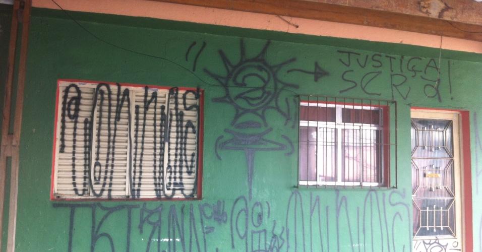 13.ago.2013 - Casa da família de policiais militares encontrados mortos em 5 de agosto, no bairro de Vila Brasilândia, zona norte de São Paulo, apresenta pichações nesta terça-feira (13). Após a frase