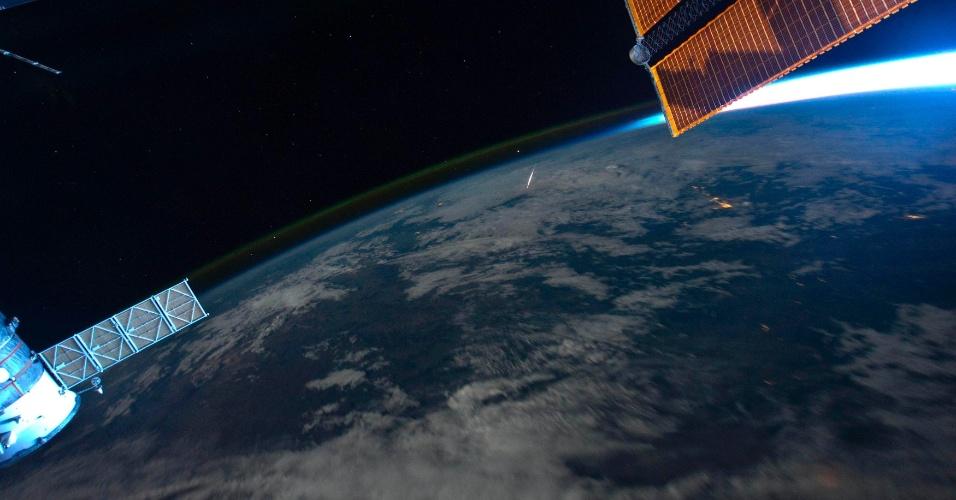 13.ago.2013 - Em imagem do astronauta Ron Garan, de 13 de agosto de 2011, tirada da ISS (Estação Espacial Internacional), meteoros queimam ao entrar na atmosfera terrestre. Cada faísca na imagem representa um meteoro, também chamado de estrela cadente. A imagem foi possível porque todo ano, em agosto, a chuva de meteoro das Perseidas atinge o planeta quando a Terra atravessa um campo de resíduos do cometa Swift-Tuttle