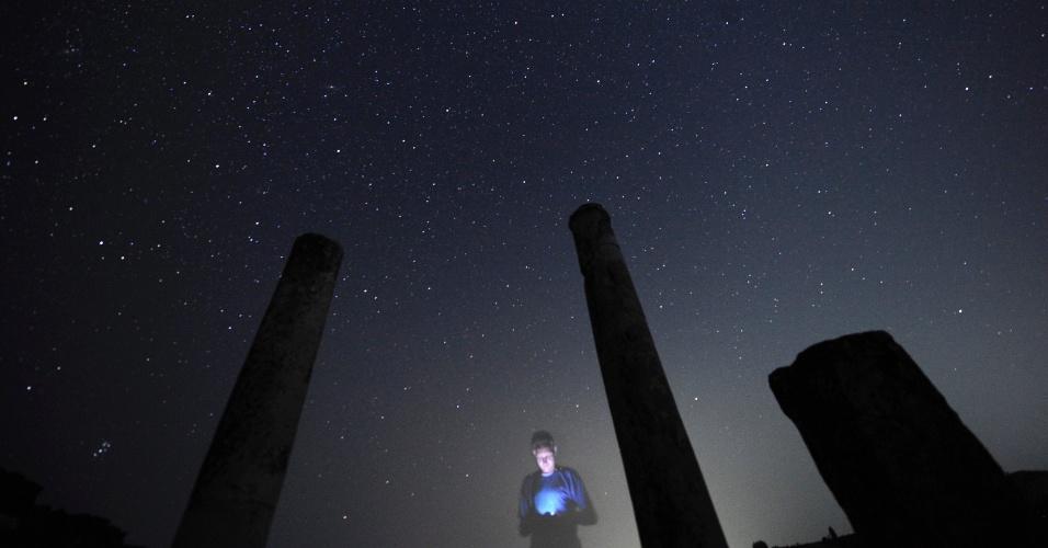 13.ago.2013 - Fotógrafo confere imagens feitas da chuva de meteoros Perseidas em um sítio arqueológico Stobi, na Macedônia, durante a madrugada