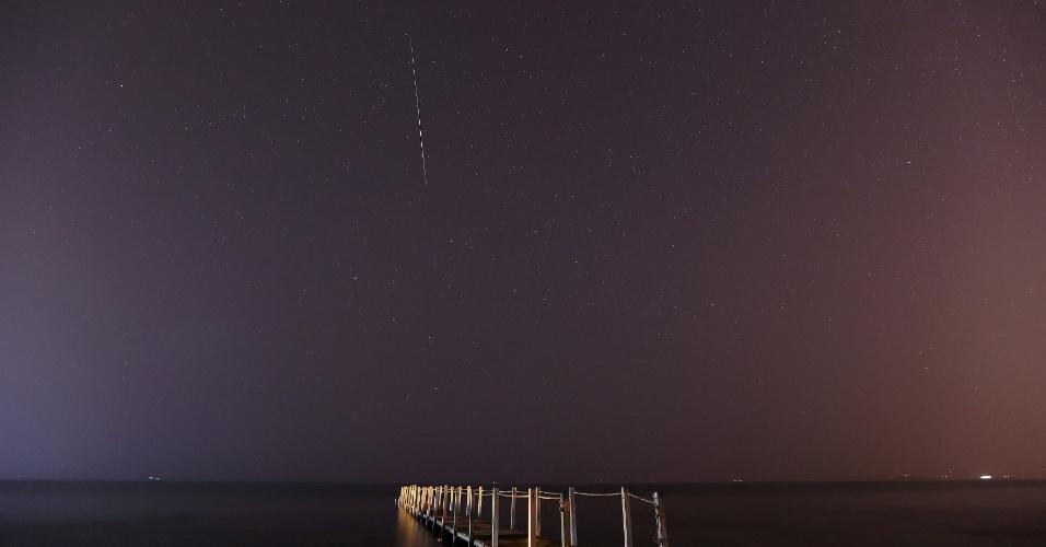 13.ago.2013 - Meteoro queima ao entrar na atmosfera terrestre em registro feito durante a madrugada na praia de Anavissos, a 50 quilômetros de Atenas, na Grécia