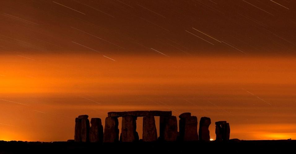 """13.ago.2013 - Meteoro queima ao entrar na atmosfera terrestre por detrás do monumento de Stonehenge, no sul da Inglaterra. A chuva de meteoros das Perseidas ocorre todo ano, geralmente em agosto, quando a Terra passa por um jato de """"destroços"""" deixados pelo cometa Swift-Tuttle em seu trajeto ao redor do sol"""