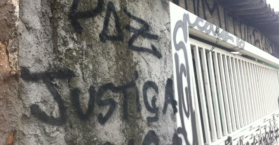 13.ago.2013 - Muro da casa da família de policiais militares encontrados mortos em 5 de agosto, no bairro de Vila Brasilândia, zona norte de São Paulo, apresenta pichações nesta terça-feira (13). Após a frase
