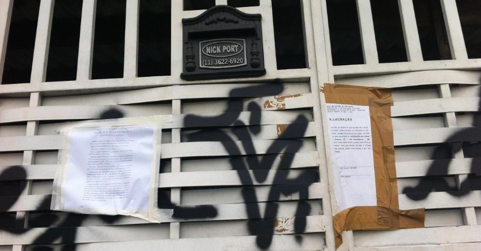 13.ago.2013 - Notificação no portão da casa da família de policiais militares encontrados mortos em 5 de agosto, no bairro de Vila Brasilândia, zona norte de São Paulo, avisa que o local está lacrado. A principal linha de investigação da polícia do crime é a de homicídio seguido de suicídio
