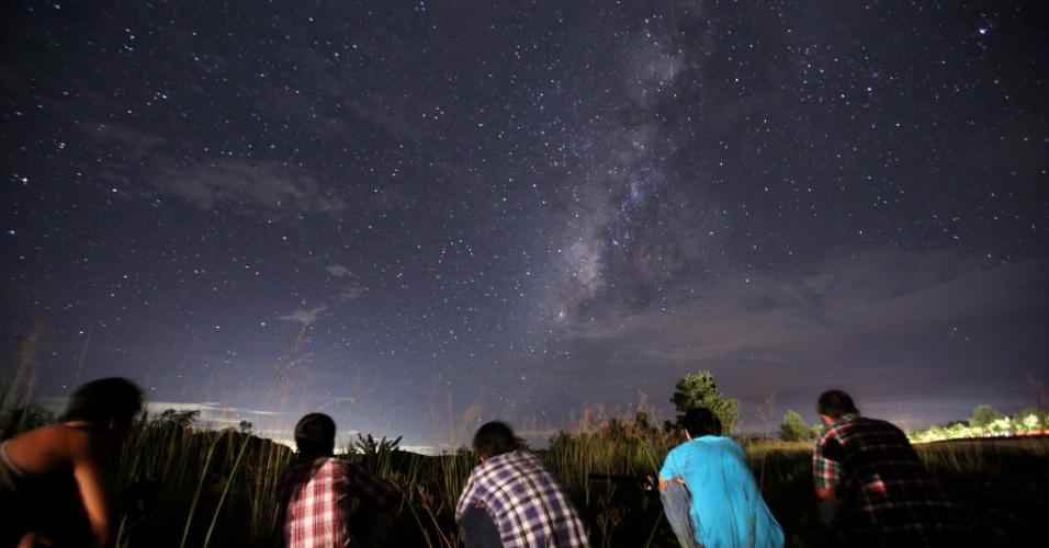 """13.ago.2013 - Público se reúne em área rural de Yangon, em Miamar, para ver as Perseidas. A chuva de meteoros ocorre todo ano, geralmente em agosto, quando a Terra passa por um jato de """"destroços"""" deixados pelo cometa Swift-Tuttle em seu trajeto ao redor do Sol"""