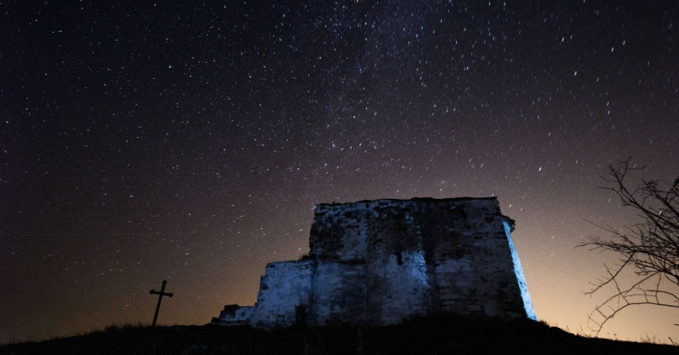 """13.ago.2013 - Vista do céu sobre a igreja medieval St. Ioan, no vilarejo de Potsurnentsi, na Bulgária. A madrugada é o melhor momento para observar a chuva de meteoros Perseidas, que é resultado dos """"destroços"""" cometa Swift-Tuttle em seu trajeto ao redor do Sol"""