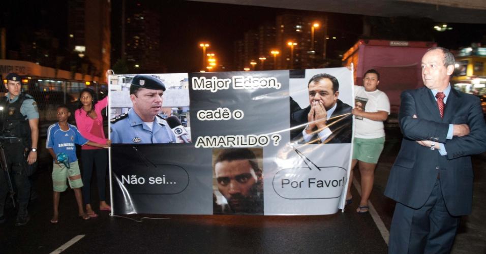 14.ago.2013 - Moradores da favela da Rocinha, zona sul do Rio de Janeiro, fazem protesto que marca os 30 dias do desaparecimento do pedreiro Amarildo Dias de Souza, que sumiu após ser levado por policiais da UPP (Unidade de Polícia Pacificadora) da Rocinha