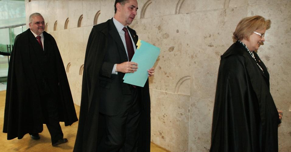14.ago.2013 - O ministro do STF (Supremo Tribunal Federal) Luiz Fux chega ao plenário para o primeiro dia da retomada do julgamento do mensalão