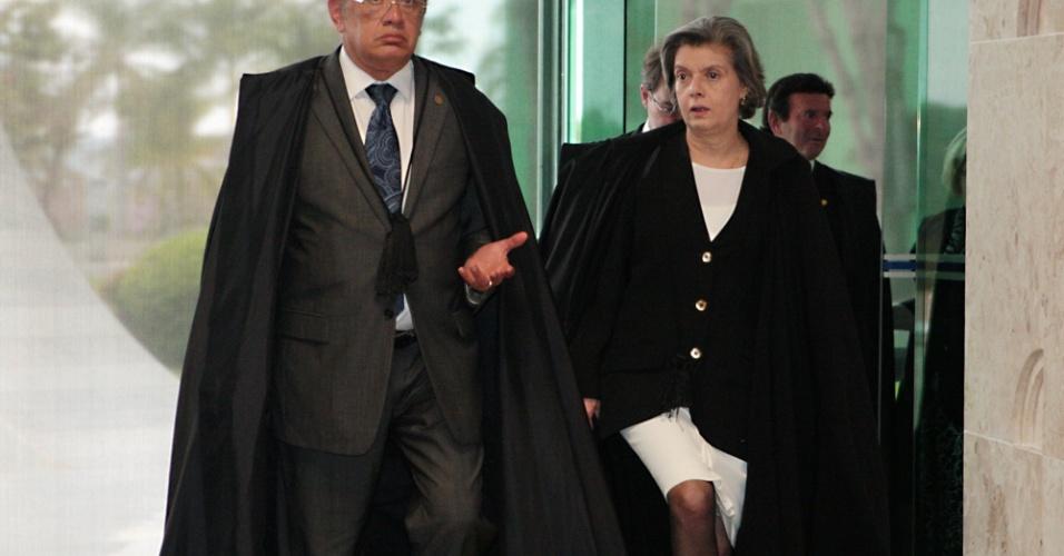 14.ago.2013 - Os ministros do STF (Supremo Tribunal Federal) Gilmar Mendes e Cármen Lúcia chegam ao plenário para o primeiro dia da retomada do julgamento do mensalão