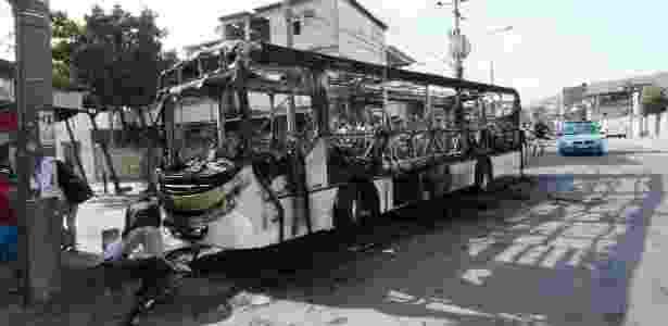 Três ônibus foram incendiados e uma carro da polícia foi danificado durante manifestação em favela no Rio - Ale Silva/Futura Press