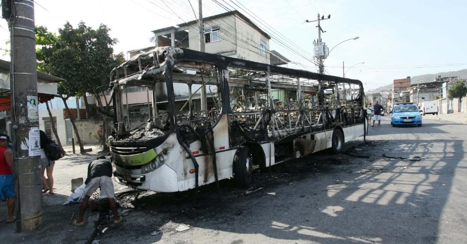 Três ônibus foram incendiados e uma carro da polícia foi danificado durante manifestação em favela no Rio