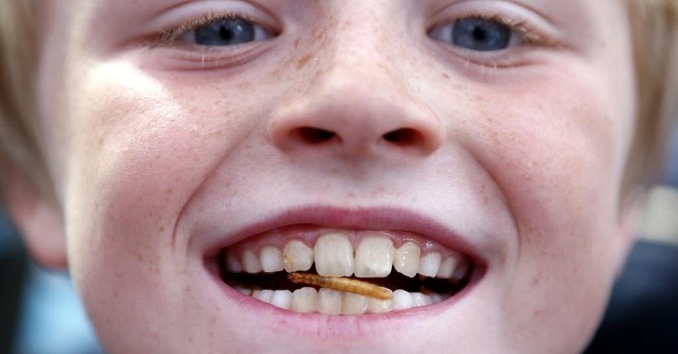 15.ago.2013 - O menino Stan Knight, 9, come larva de inseto servida em restaurante no centro de Londres, nesta quinta-feira (15). O estabelecimento, inaugurado por empresa de controle de pragas, oferece insetos comestíveis e hambúrgueres de pombos