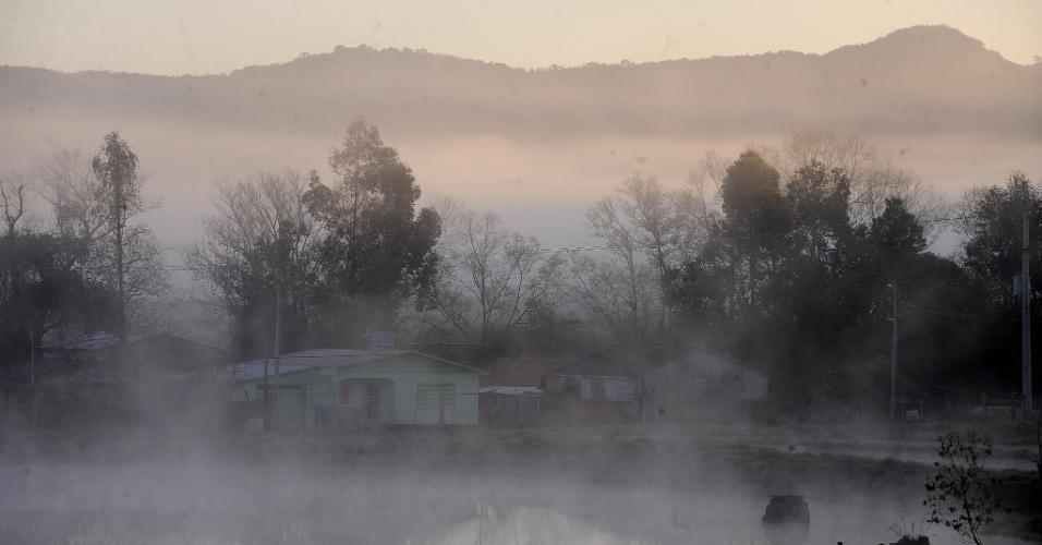 15.ago.2013 - Santa Maria, região central do Rio Grande do Sul, amanheceu com forte neblina e formação de geada, nesta quinta-feira (15). Por volta das 9h, os termômetros marcavam 6,3ºC no município. Ao amanhecer, todas as cidades do Estado registravam temperaturas abaixo de 10ºC