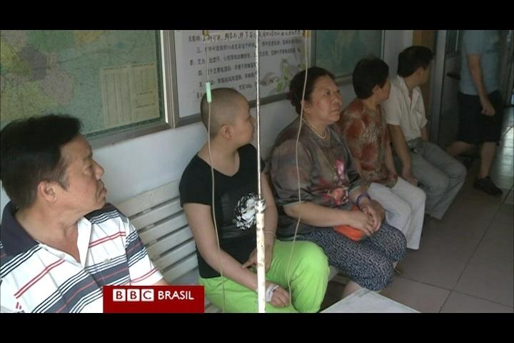 Em uma clínica de acupuntura em Pequim, um paciente diagnosticado com câncer de pulmão e no cérebro afirma que se sente mais forte e que dobrou sua expectativa de vida, que era de apenas mais um ano, depois das picadas de abelha