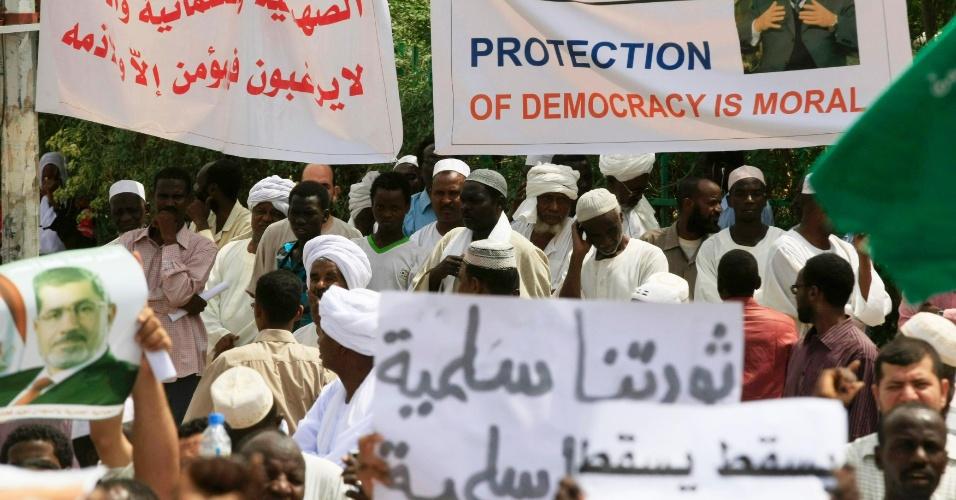 16.ago.2013 - Apoiadores do presidente deposto do Egito, Mohamed Mursi gritam palavras de ordem durante protesto contra o massacre praticado pelo Exército egípcio contra defensores do ex-mandatário. A manifestação aconteceu em Khartoum, no Sudão, após as orações de sexta-feira (16)